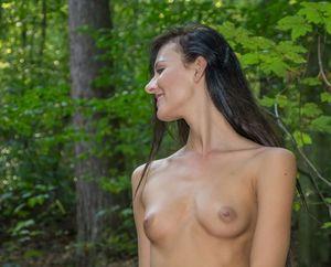 Katerina-on-Her-First-Naked-Hike-06xc0v04w0.jpg